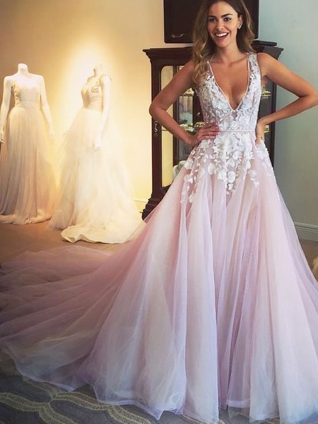 A-Line V-neck Sweep/Brush Train Tulle Applique Prom Dresses
